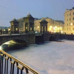 bevroren water rivier sint petersburg rusland
