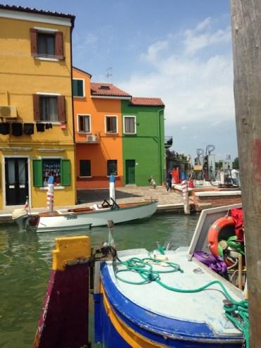 kleurige huisjes in italie backpacken