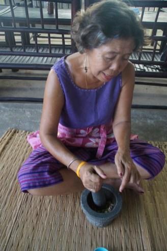 kruiden vermalen kookcursus withlocals thailand