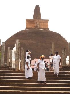 locals-voor-Abhayagiri-stoepa-anuradhapura