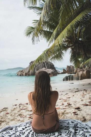 op het strand la digue seychellen_