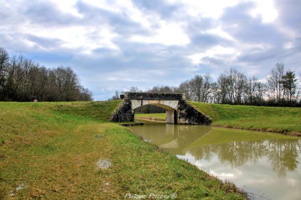 Pont sur le Canal à Mougny