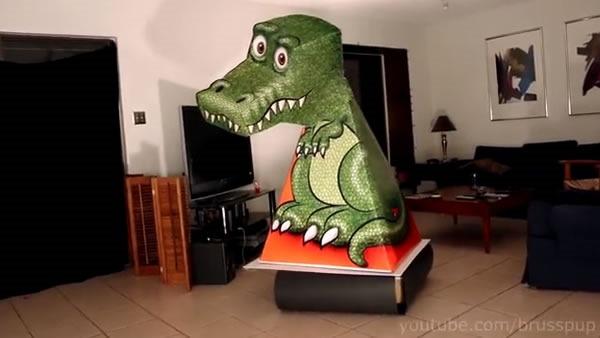 tiranosaurio rex de papel que se mueve solo