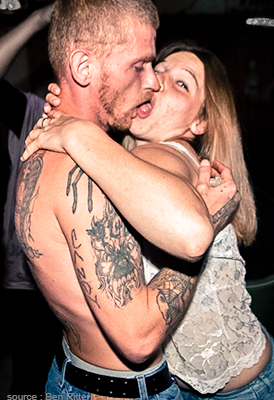 Homme et femme qui s'embrassent