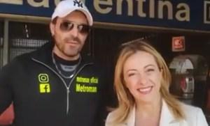 Giorgia Meloni incontra la star del web Metroman – video