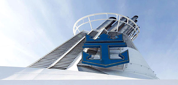 Cheminée avec le logo de la compagnie Royal Caribbean