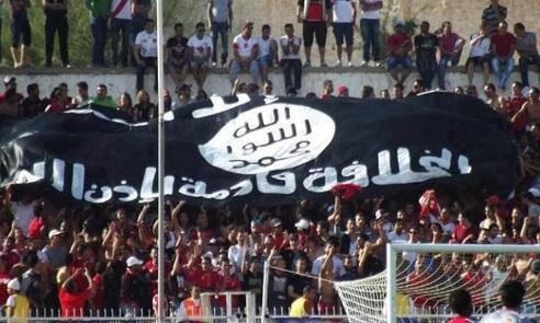 Drapeau du tawhid  dans les tribunes du stade de Sousse