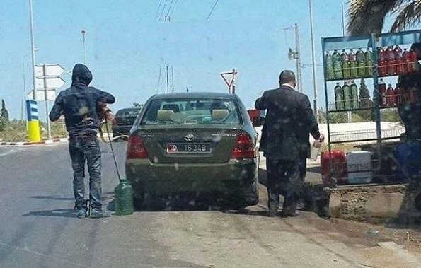 Militaire qui achete essence clandestin (credit photo - @MouNej)