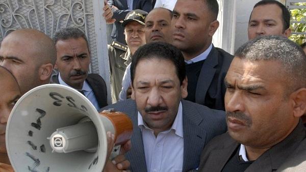 Le ministre de l'Intérieur, Lotfi Ben Jeddou, à Kasserine où sa propriété a subi une attaque, 28 mai 2014 - photo AFP