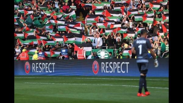 Drapeaux de la Palestine durant le match entre Celtic Glasgow et Beer-Sheva (ISR)