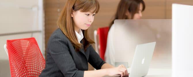 コワーキングスペースでちゃんと仕事する女性