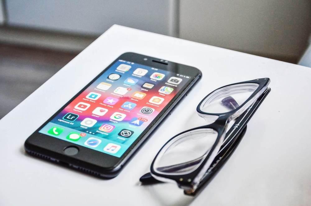 iPhoneとメガネ