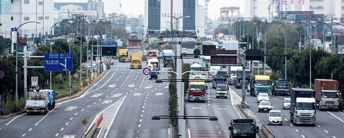 大型車が往来する幹線道路