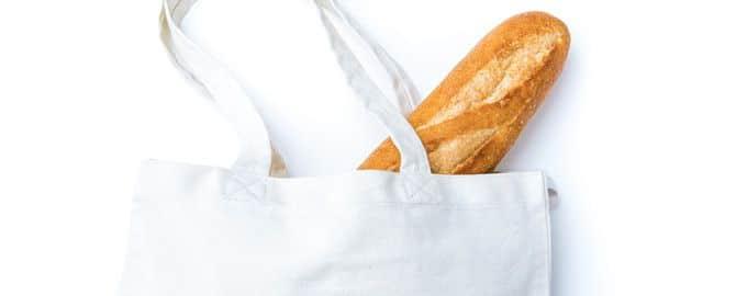 無地のトートバッグに入ったフランスパン