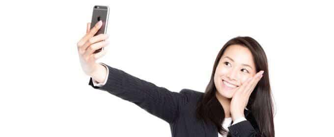 自撮りで歯痛ポーズを決める女性社員