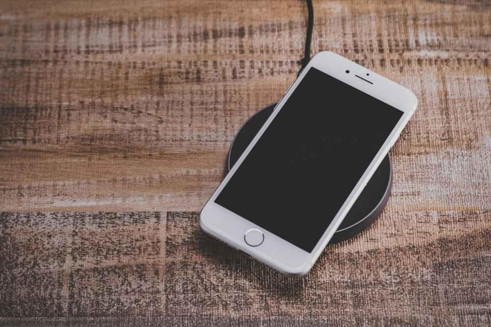 ワイヤレス充電中のiPhone
