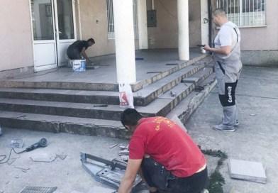 Уреден влезот пред подрачното училиште во Рача