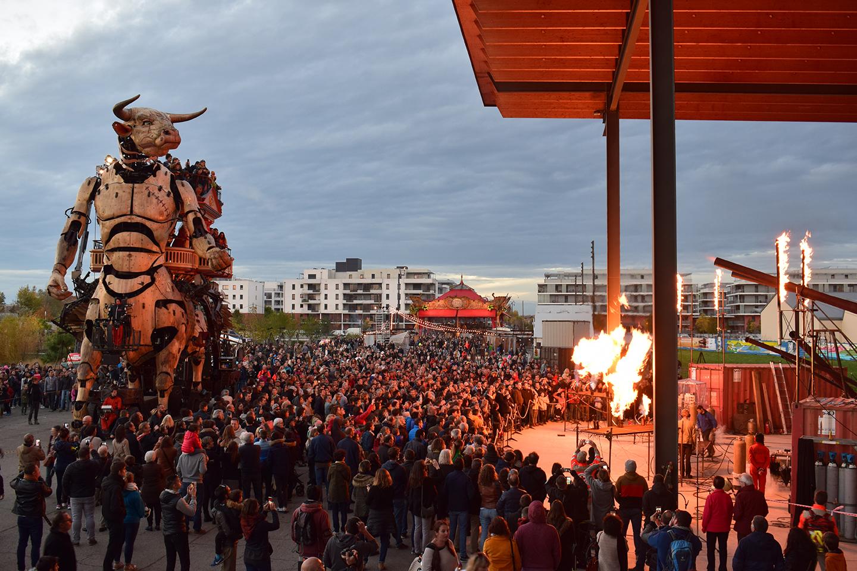 Le minotaure, à gauche, en action devant une foule lors de l'ouverture de la Halle de la Machine, à Montaudran, en novembre 2018.