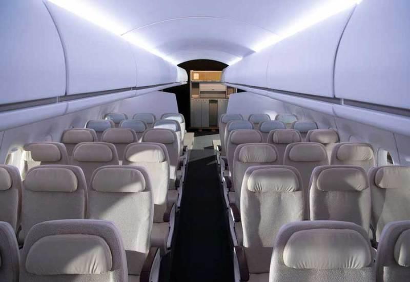 Décor intérieur de l'avion du Grand Set à Colomiers, avec ses rangées et son bi-couloir. © Master Films