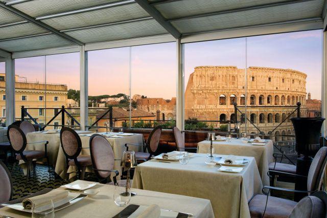 Le Colisée à travers une vitrine de restaurant