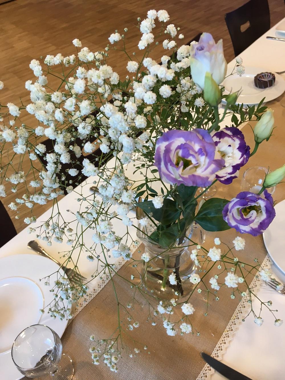 Décoration de table en blanc et violet
