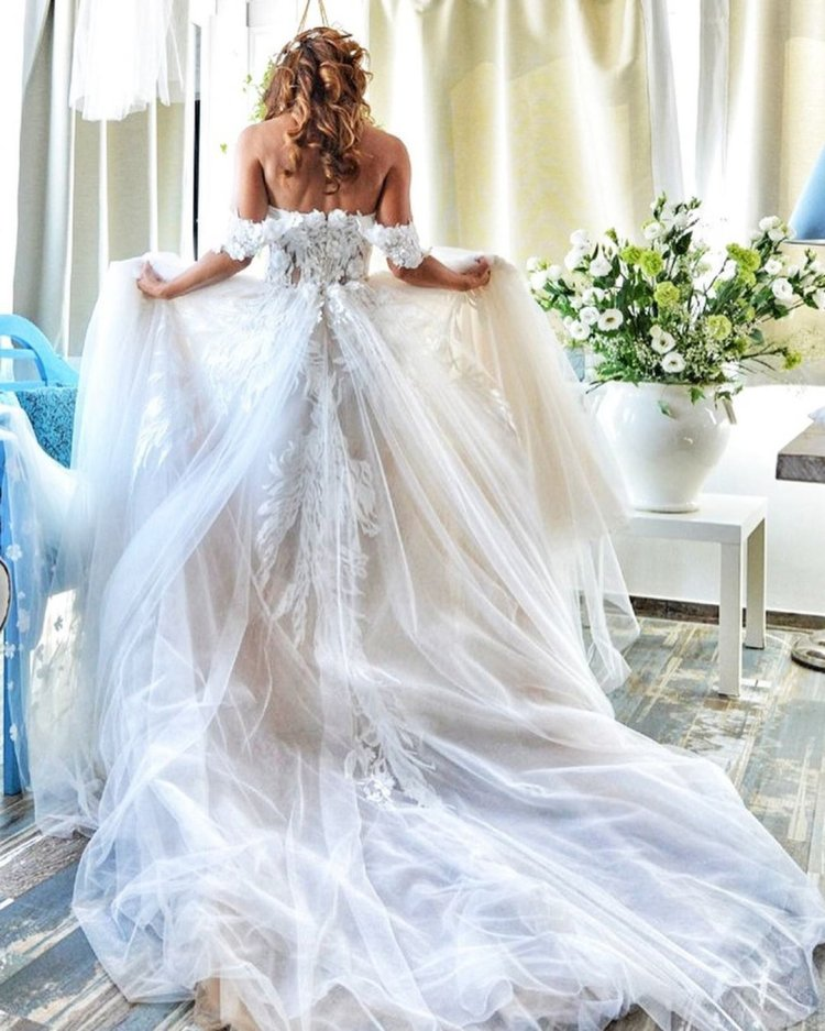 váy cưới lệch vai ren công chúa với xe lửa rikidalal