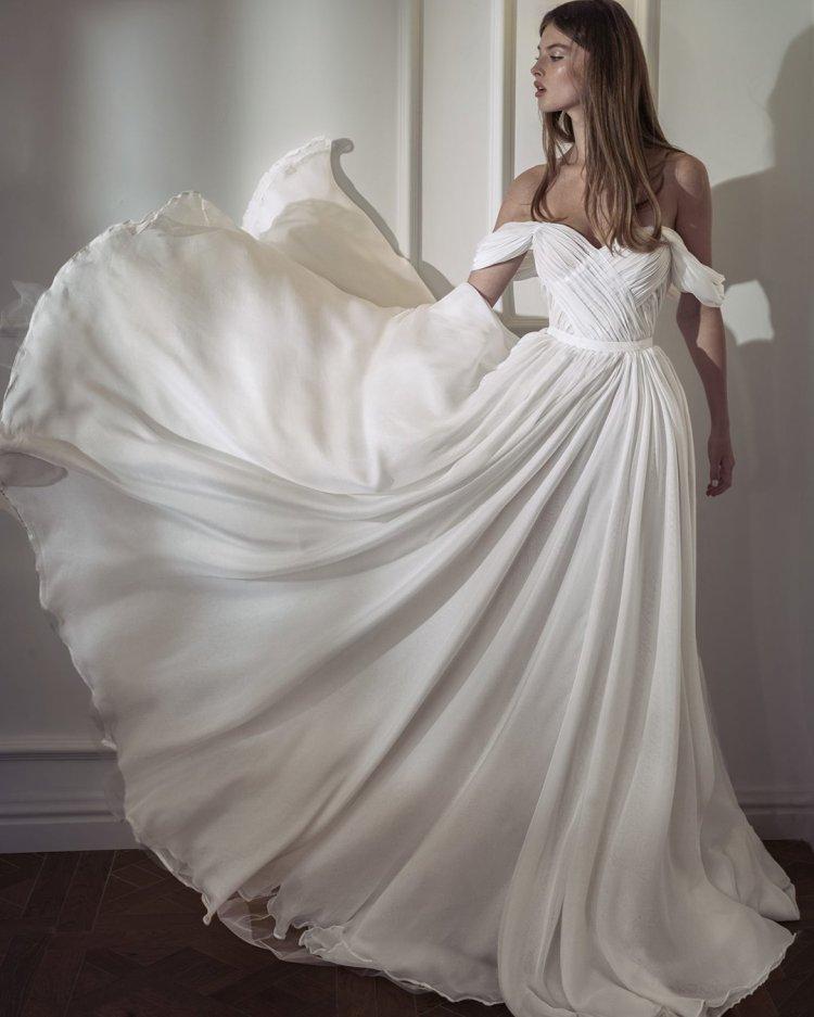 váy cưới lệch vai đơn giản người yêu có đường viền cổ áo nettabenshabu