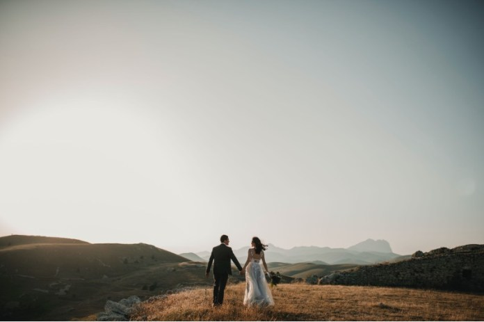 "foto-pettine-how-to-host-an-outdoor-wedding-tips ""width ="" 800 ""peak ="" 533 ""srcset ="" https://www.weddingideasmag.com/wp-content/uploads/2013/04 /foto-pettine-how-to-host-an-outdoor-wedding-tips.jpg 800w, https://www.weddingideasmag.com/wp-content/uploads/2013/04/foto-pettine-how-to- host-an-outdoor-wedding-tips-300x200.jpg 300w, https://www.weddingideasmag.com/wp-content/uploads/2013/04/foto-pettine-how-to-host-an-outdoor-wedding -tips-650x433.jpg 650w, https://www.weddingideasmag.com/wp-content/uploads/2013/04/foto-pettine-how-to-host-an-outdoor-wedding-tips-768x512.jpg 768w ""sizes ="" (max-width: 800px) 100vw, 800px ""/> <figcaption id="