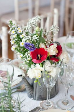 21 ways to decorate your wedding venue with flowers © sarareeve.com