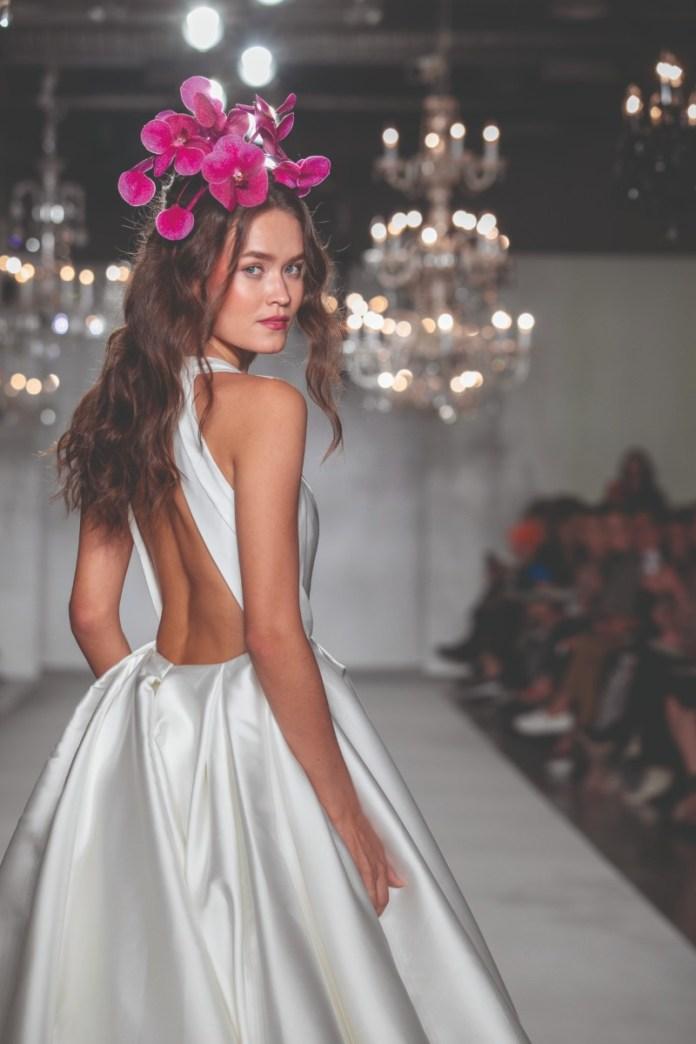 "backless-wedding-dress-new-york-bridal-week ""width ="" 800 ""peak ="" 1200 ""srcset ="" https://www.weddingideasmag.com/wp-content/uploads/2017/10/backless-wedding -dress-new-york-bridal-week.jpg 800w, https://www.weddingideasmag.com/wp-content/uploads/2017/10/backless-wedding-dress-new-york-bridal-week-200x300. jpg 200w, https://www.weddingideasmag.com/wp-content/uploads/2017/10/backless-wedding-dress-new-york-bridal-week-768x1152.jpg 768w, https: //www.weddingideasmag. com / wp-content / uploads / 2017/10 / backless-wedding-dress-new-york-bridal-week-533x800.jpg 533w ""sizes ="" (max-width: 800px) 100vw, 800px ""/> <figcaption id="
