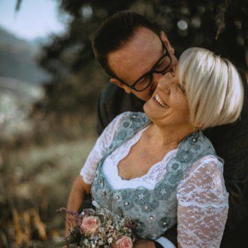 Matrimonio Intimo Dolomiti Coppia Che Si Abbraccia