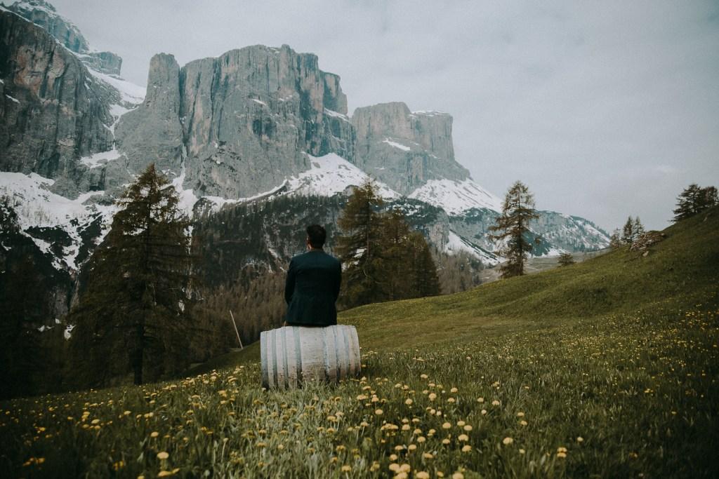 Bräutigam wartet auf die Braut für den ersten Blick zwischen den Ehepartnern - Hochzeit in den Dolomiten, Colfosco