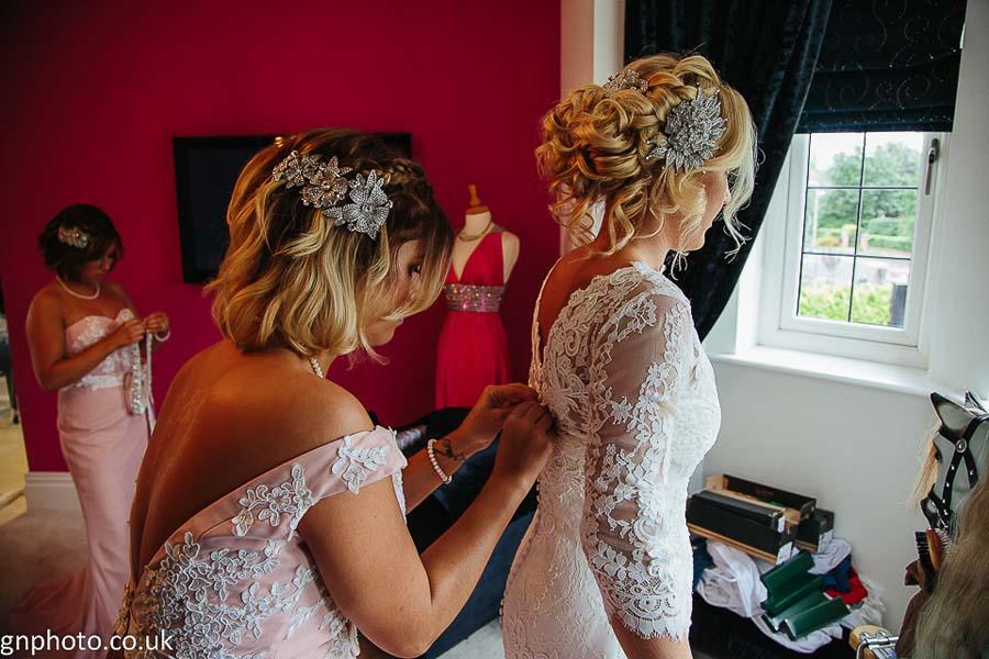 GNPhoto.co.uk bride dresssing