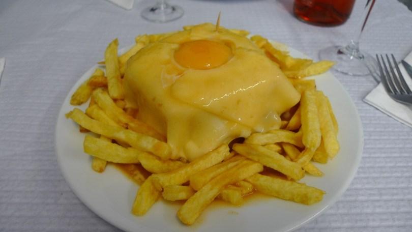 Francesinha - Plat traditionnel de Porto - Portugal