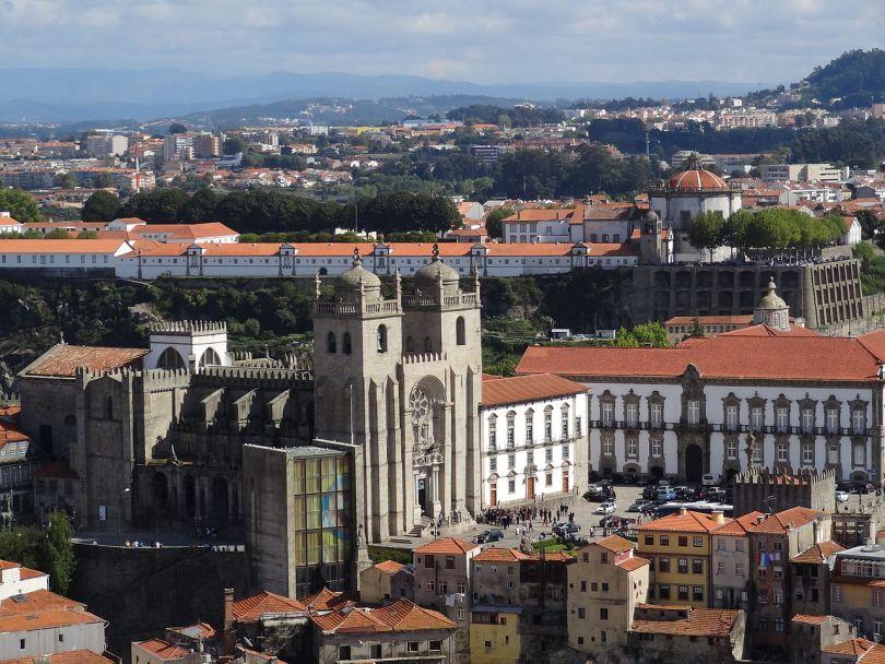 Vue de la Cathedrale de Porto et sa place