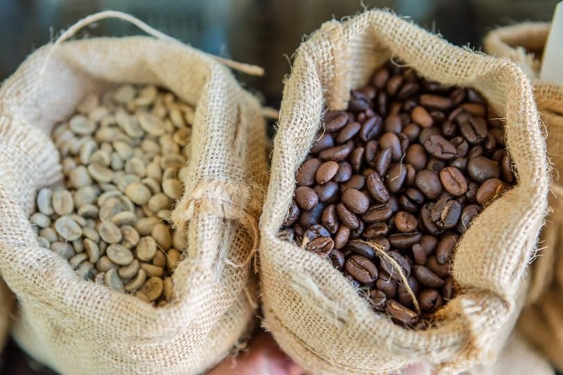 Petits sacs de cafe brut et de cafe torreifie
