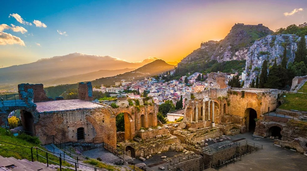 italy sicile taormina theater antique romantic weekend lovers