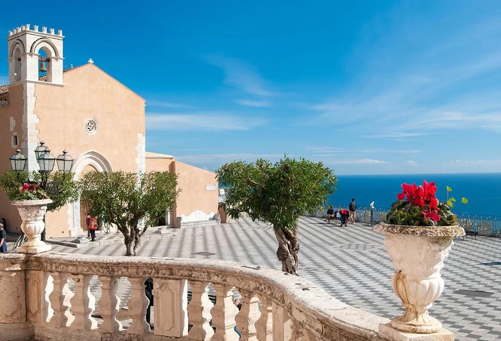 La Piazza IX Aprile et son belvédère à Taormina