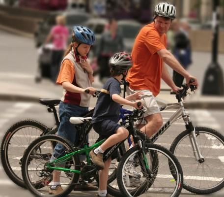Obligation du port du casque à vélo, le gouvernement remet le couvert