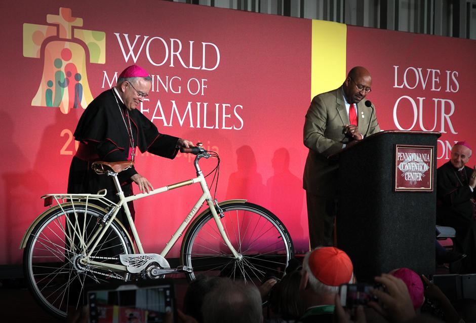 Le Pape François reçoit un vélo en cadeau