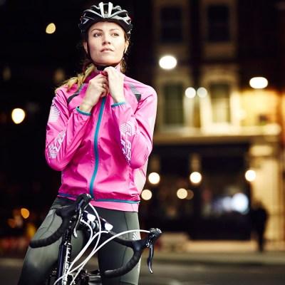 La hotte de Noël de la cycliste urbaine, l'équipement au féminin