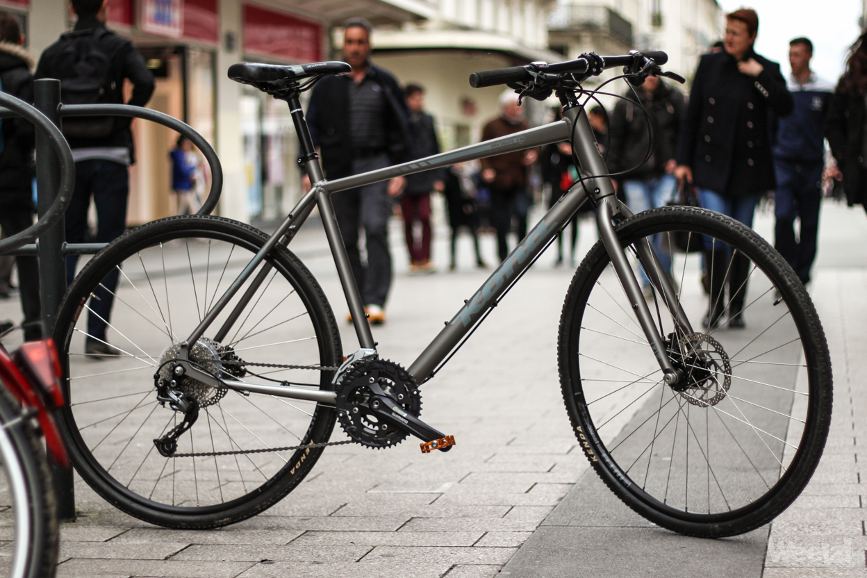 Doté d un cintre plat, il sont à mi-chemin entre un vélo de route et un  VTT, avec la rigidité de l un et le coté ludique de l autre. 12b335b8867b