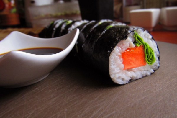 Sushi z pomidorem i sałatą – wegańskie