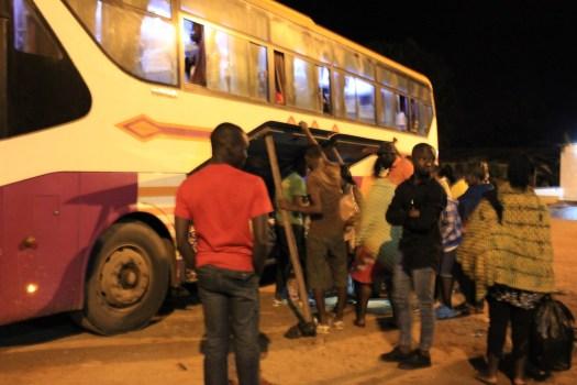 Nachts, irgendwo auf der Strecke steigen Fahrgäste zu und Andere verlassen den Bus