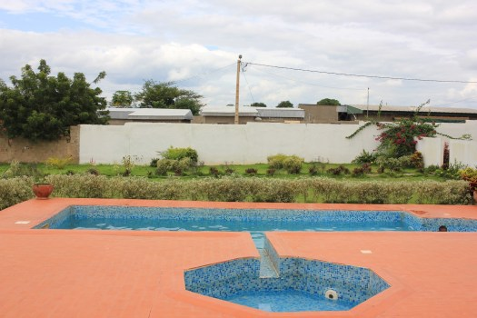 Bar mit Pool am Hotel in Daloa