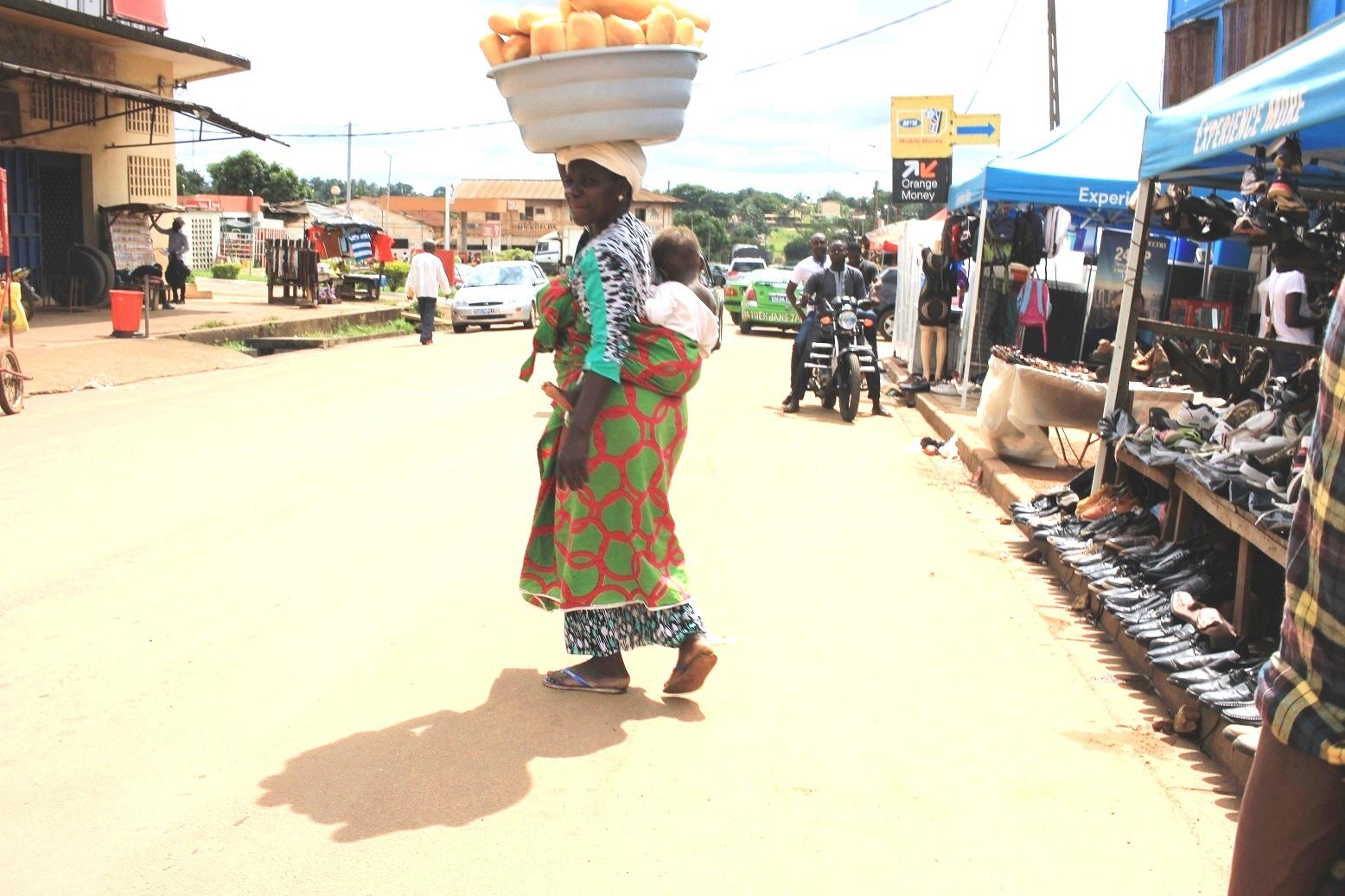 Mère avec enfant sur le chemin du marché