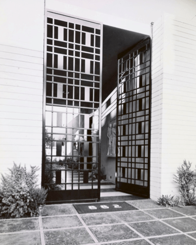 Entrance at 882 N. Doheny Dr. photographed by Julius Shulman in 1954. (© J. Paul Getty Trust. Getty Research Institute, Los Angeles 2004.R.10)