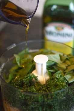 Basilikum und Öl zur Pesto