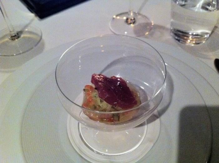 """""""Smoked"""" Großaugen-Thunfisch-Pastrami mit Roggenbrot-Purée, Wirsing und """"Thousand Island Dressing"""""""
