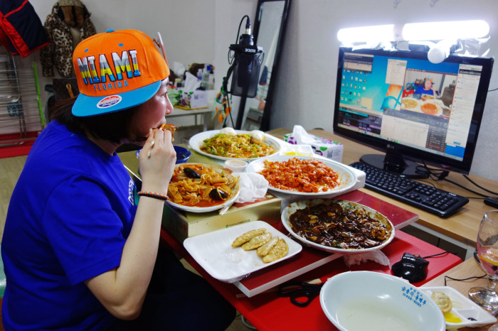 A female Mukbang BJ